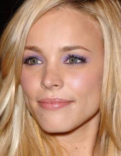 Rachel McAdams gröna ögon blir effektfulla när de omringas av en lila skugga.