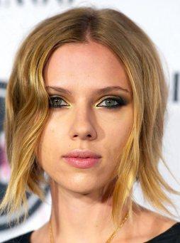Scarlett Johansson ses ofta på röda mattan med ögonskuggor i gula och oranga toner.